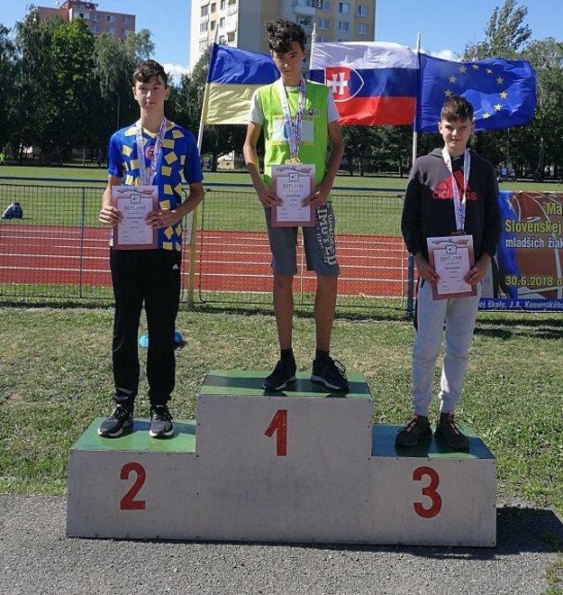 Pavol Jurina (v strede) si vyskákal zlatú medailu.