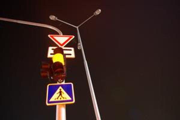 Diaľničný privádzač v Strážove je večer ponorený v tme.