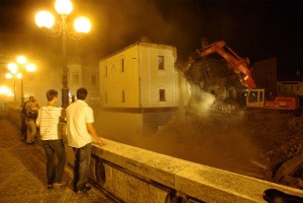 Starú faru zbúrali bagre v júlovú noc minulého roku.