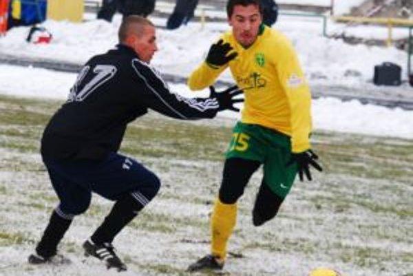 Admir Vladavič (vpravo) v druhom polčase hral pravého obráncu, teda na mieste z ktorého odišiel Peter Pekarík.
