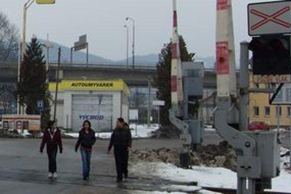 železničné priecestie na Bratislavskej ulici v Žiline. Je neďaleko centra a má po dve závory z každej strany.