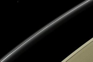 Modrá bodka v ľavej hornej časti obrázka je Urán pri pohľade od Saturnu zo sondy Cassini.