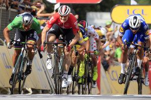 Peter Sagan skončil vo štvrtej etape na Tour de France 2018 na druhom mieste. Triumfoval Fernando Gaviria (v modrom).