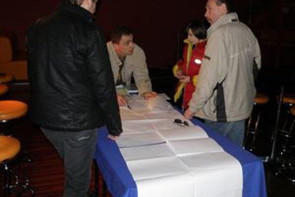 Chlmčanov minulý týždeň zvolali do kultúrneho domu, kde mali podpísať predbežné zmluvy.