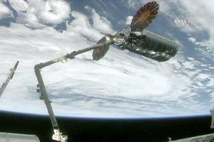 Robotické rameno Medzinárodnej vesmírnej stanice ISS zachytáva zásobovaciu bezposádkovú kozmickú loď Cygnus.