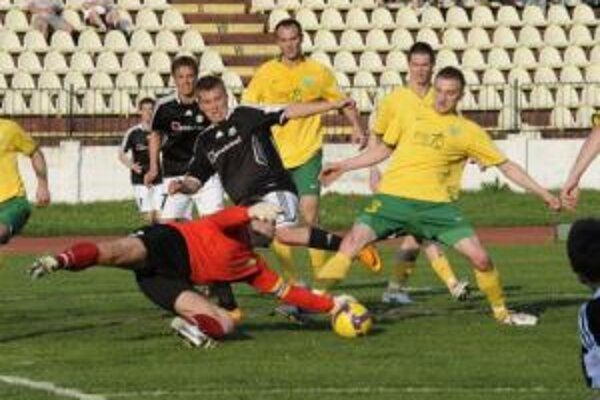 Na snímke brankár Žiliny Dušan Perniš chytá loptu pred hráčom Artmedie Tomášom Majtánom (v popredí vľavo), ktorého blokuje Mário Pečalka (vpravo) z MŠK Žilina.