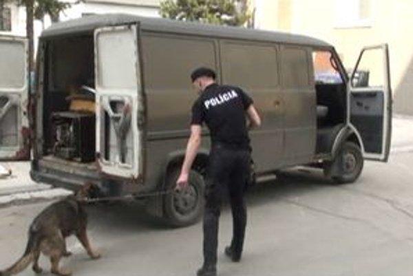 Pri prehliadke dodávky použili aj psa na hľadanie drog.