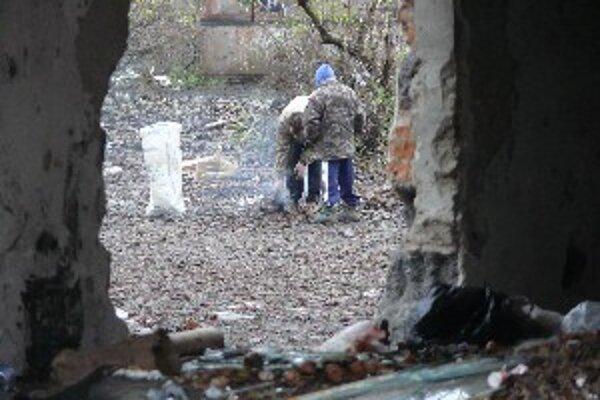 Rómovia tvrdia, že potrebujú viac kontajnerov. Za odpad ale neplatia.