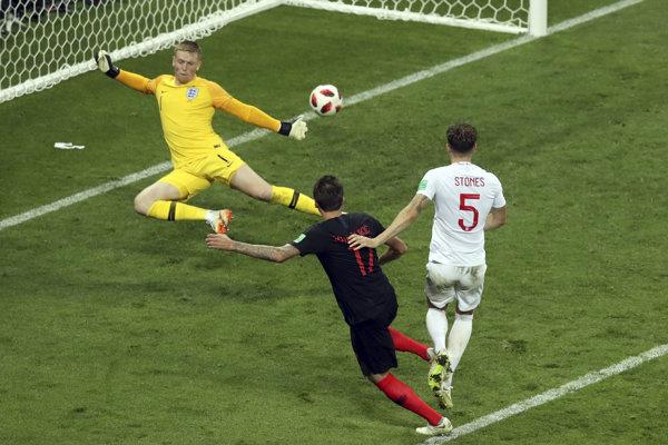 Chorvátsky futbalista Mario Mandžukič (uprostred) strieľa víťazný gól.