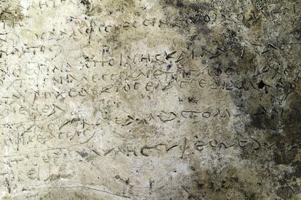 Na nedatovanej snímke, ktorú vydalo grécke ministerstvo kultúry 10. júla 2018, je staroveká hlinená tabuľka s 13 veršami zo zrejme najstaršieho zápisu Homérovho eposu Odysea, ktorú objavili grécki archeológovia na juhu Grécka.