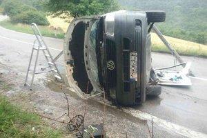 Po nehode zostala dodávka prevrátená na boku.
