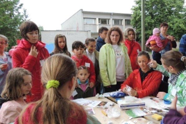 Záujem o maľovanie na tvár bol veľký medzi mladšími i staršími žiakmi.