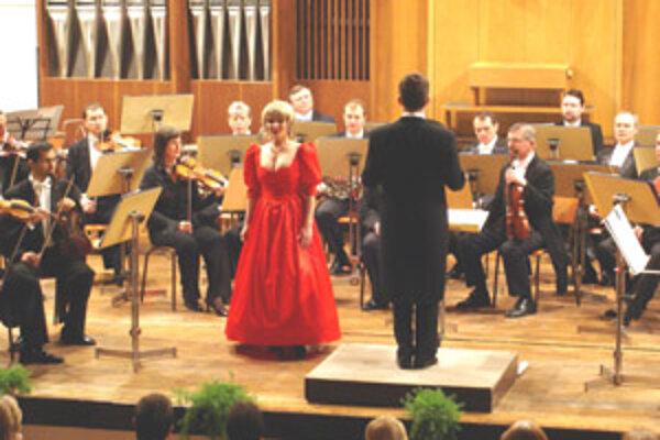 Sólisti Alžbeta Trgová a Šimon Svitok zaujali poslucháčov svojimi výkonmi i krásnymi kostýmami.