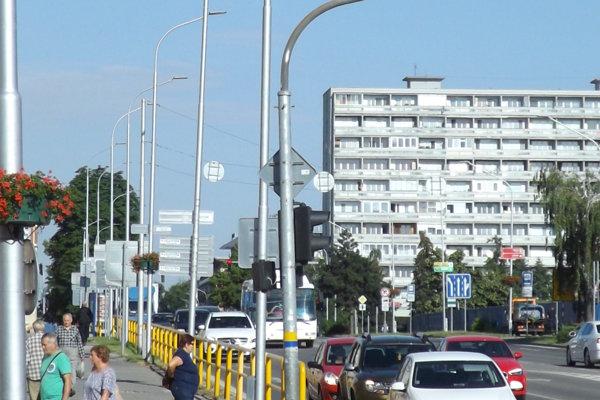 V centre mesta boli svietidlá vymenené pred dvomi rokmi, stožiare nie.