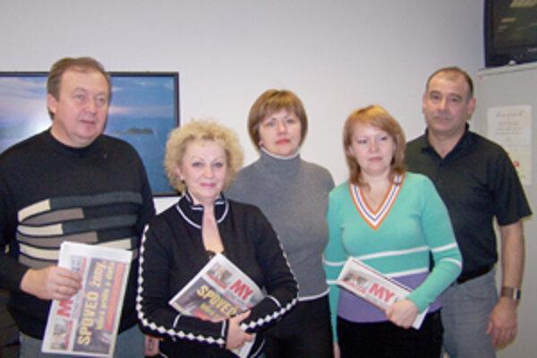 Ukrajinskí novinári v redakcii MY Žilinských novín. Zľava: Viktor Špak, Tatiana Jukmičová, Larisa Kozubská, Lilija Rebryková a ich slovenský hostiteľ Roman Valko.