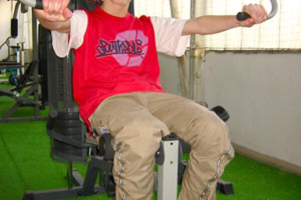 V novej posilňovni si rád zatrénuje aj 14-ročný Peter Strásky.