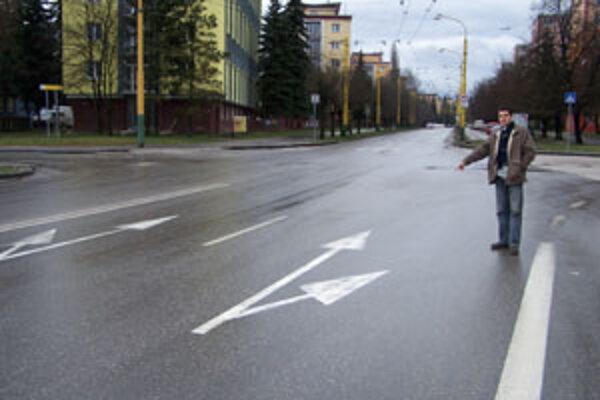 Obyvatelia sídliska Hliny tvrdia, že križovatka pri veľkogarážach je z dopravného hľadiska zle vyriešená.