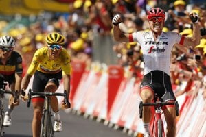 John Degenkolb sa teší z víťazstva v 9. etape Tour de france pred Gregom van Avermaetom.