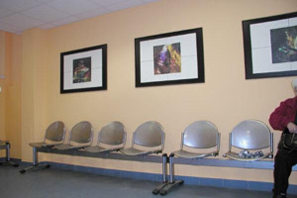 Vandali zdemolovali čalúnenie na laviciach na poliklinike na Vlčincoch. Doplácajú na nich aj ťažko chorí pacienti po dialýze, ktorí musia sedieť na kovových sedačkách.