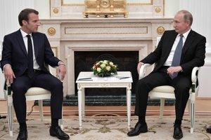 Ruský prezident Vladimir Putin (vpravo) s francúzskym prezidentom Emmanuelom Macronom.