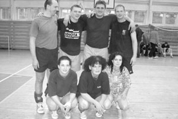 Víťazný žilinský tím na Veľkonočnom volejbalovom turnaji v Čadci.