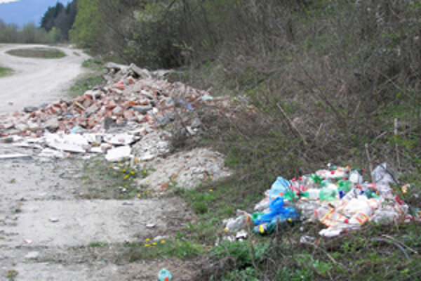 Labutie Jazierko je ešte stále obklopené odpadkami (na snímke vpravo). Obania sa sažujú, že nelegálne skládky pribúdajú aj na alších miestach v regióne, napríklad, v centre Strena (vavo).