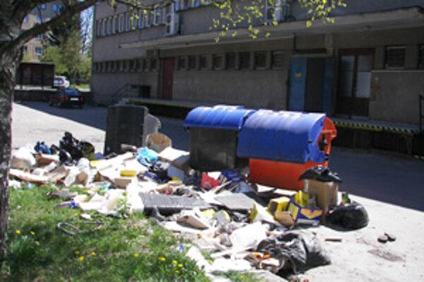 Minulý týždeň sa za Juniorom na sídlisku Hliny kopili haldy odpadu. Obyvatelia tu vraj dokonca videli potkany.