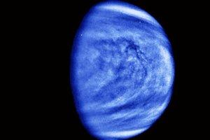 Oblaky Venuše na falošne zafarbenom obrázku. Modrú farbu použili, aby vynikli malé oblačné štruktúry. Oblaky Venuše sa v porovnaní s planétou hýbu omnoho rýchlejšie.