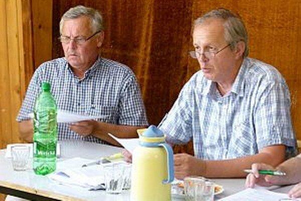 O hospodárskom výsledku mesta hovorili J. Slavík (vľavo) a J. Tichý.