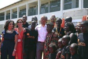 Barack Obama v spoločnosti členov svojej rodiny, objíma svoju nevlastnú starú mamu Sarah.
