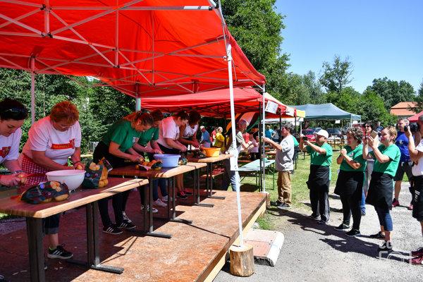 TOP guláš 2018 - súťaž v škrabaní zemiakov
