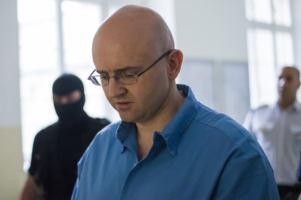 Obžalovaný pre útok na vyšetrovateľa Policajného zboru Miroslav M. prichádza na súdne pojednávanie.