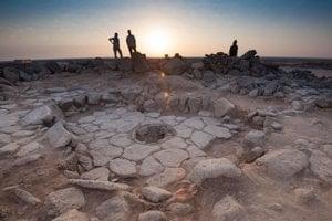 Ruiny budovy, ktorú objavili na severovýchode Jordánska. Uprostred je kruhové kamenné ohnisko, kde vtedajší ľudia piekli chlieb.