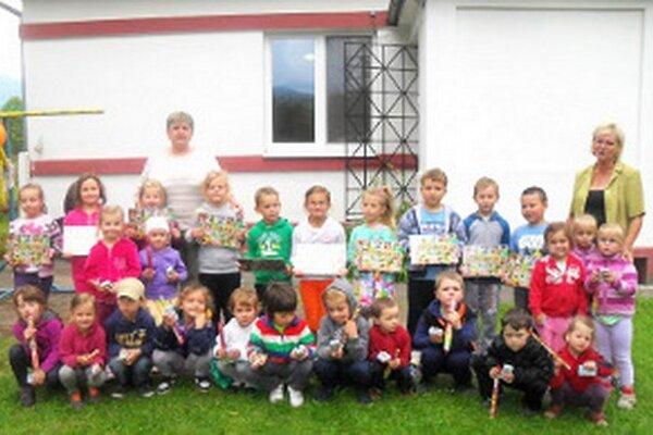 Dedina pri okresnom meste sa neustále rozrastá. Na fotografii sú deti, ktoré v septembri nastúpili do školy.