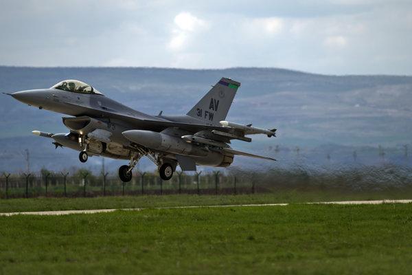 Americký stíhací stroj F-16.