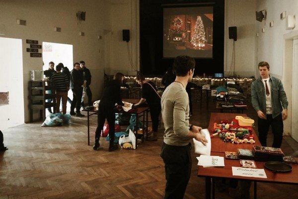 Návštevníci prinášali predovšetkým oblečenie a starý nábytok.