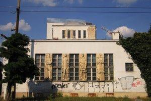 Funkcionalistická budova bývalej radnice chátra.
