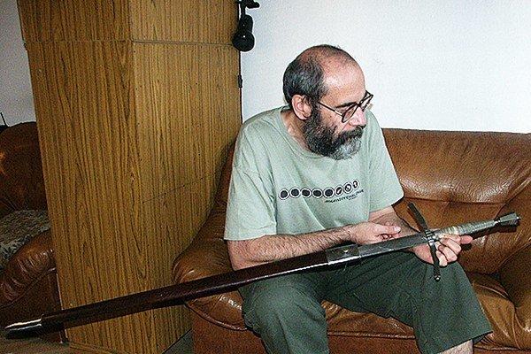 Milan Nosál je nadšencom zbraní, nie zberateľom. K niekoľkým zbraniam sa však dostal, čo-to zdedil. Patria medzi ne aj chladné zbrane.  Na fotografii s  rodovým mečom.