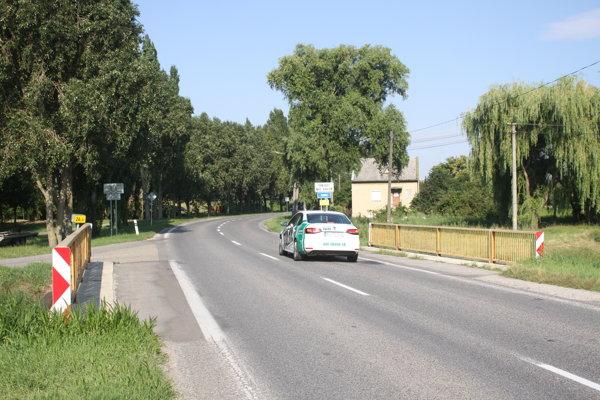 Cesta by mala byť opravená až po most na konci obce.