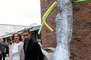 Peter Sagan s manželkou stoja pri plastike pod názvom Noha Petra Sagana v Žiline.