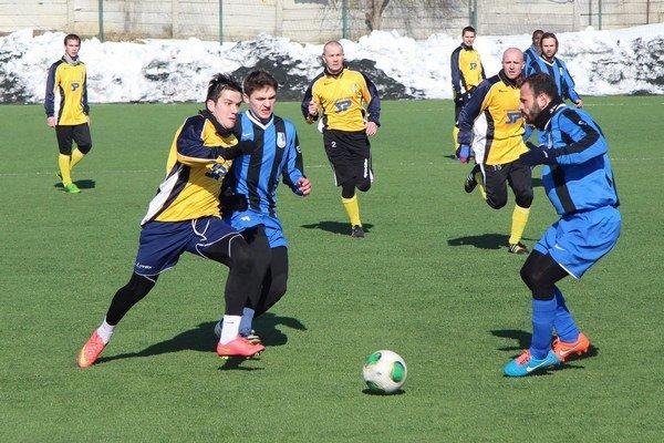 Dolnokubínski futbalisti (v modro-čiernych dresoch) vyhrali v príprave i nad Námestovom.
