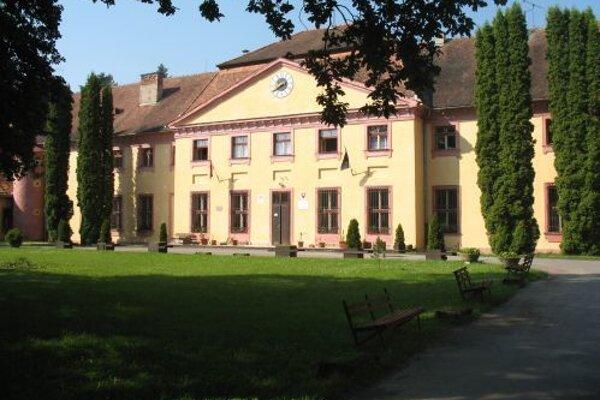 Budova Strednej odbornej školy lesníckej v Bijacovciach.