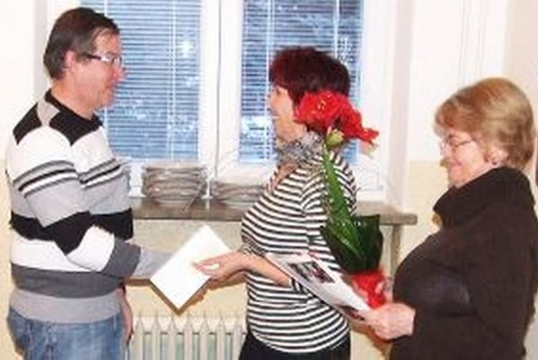 Mária Vojvodová ďakuje Jozefovi Tatarkovi za sto bezplatných odberov krvi.