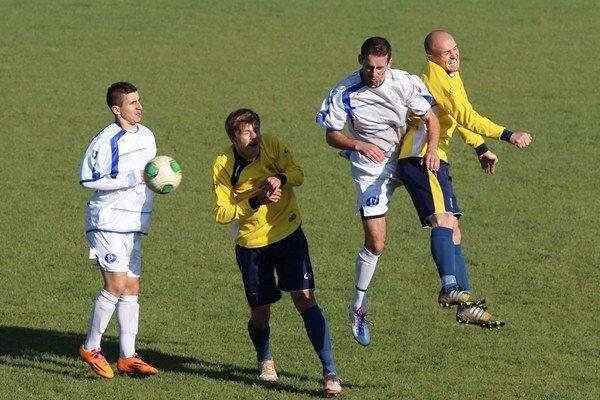 Juraj Siman (vpravo v žltom drese) bude nastupovať na stopérskej pozícii.