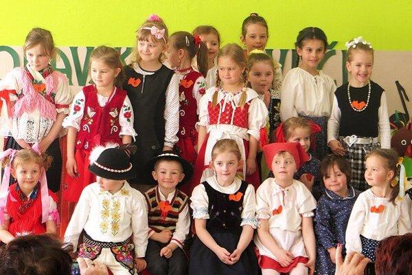 Malí speváčikovia na speváckej súťaži.