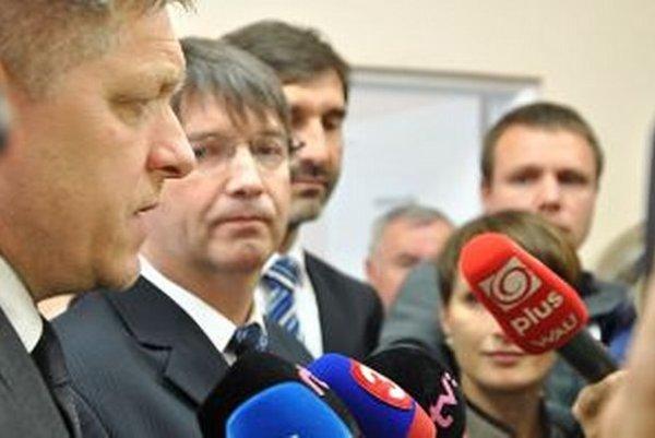 Zľava Robert Fico, riaditeľ Dolnooravskej nemocnice Jozef Mintál, župan Juraj Blanár.