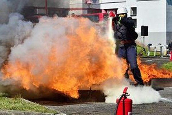 Posledný zo štafety musí uhasiť oheň.