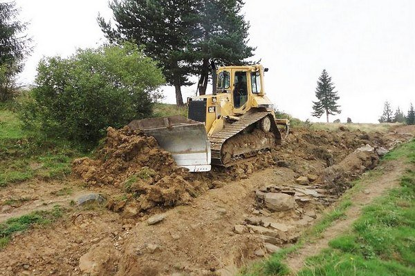 Cesta na Skorušinu. Na jej opravu využili aj buldozér.