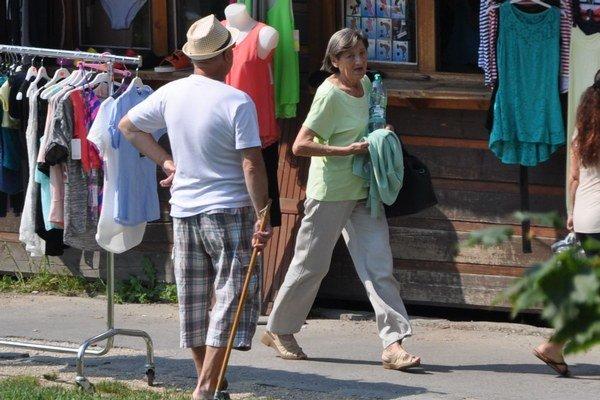 Pani Alžbeta má v rukách minerálku a vo vrecku tri eurá z charity.