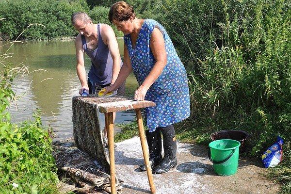 Kováčikovci využívajú vodu zrieky na rajbanie kobercov raz za rok.